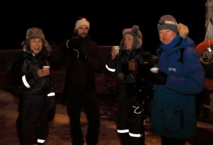 Solsnu og gløgg. Kirsti, Tomas, Karinella og NRK-fotograf Erling.