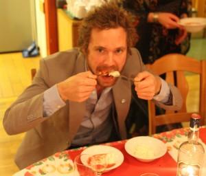 Tomas synes det var stas med dessert. Multer fra Lierne spises her med venstre hånd.