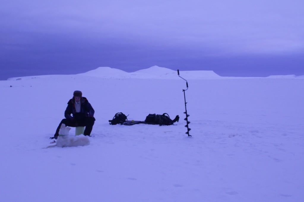 Mikael og Nanuk på Laksvatnet. Misery i bakgrunnen.