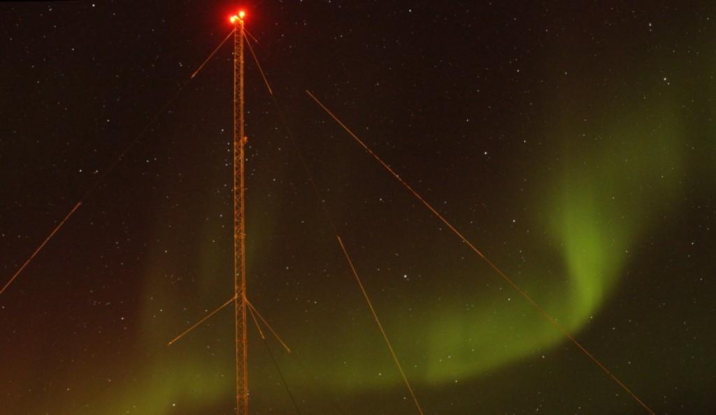 Rødt og grønt. Ei av mastene på stasjonen. En himmel full av stjerner.