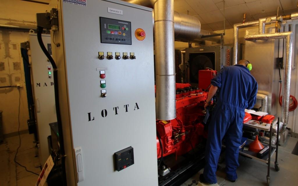 Lotta er en Scania DI 12 62M som leverer 199kW. Det er Madicken også, og det er hun som tar seg av dette mens Rune nevler på Lotta.