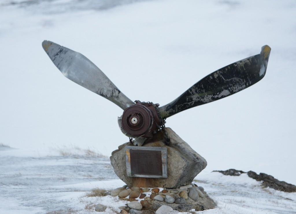 Minnesmerket utenfor Bjørnøya Meteorologiske Stasjon, avduket 1. november 1984.