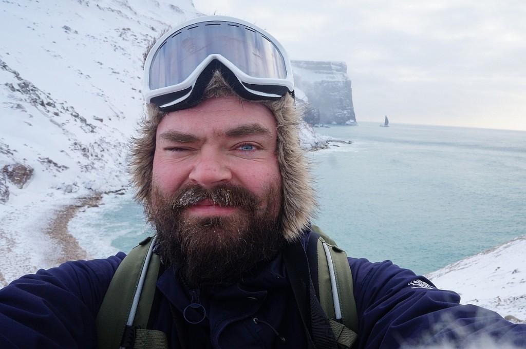 Polarselfie med Hamnevika og stupbratte Hambergfjellet. Vi skimter også Sylen, som strekker seg 80 meter opp av Barentshavet.