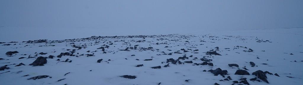 Det finnes en og annen stein på Bjørnøya. Det hender også at sikten ikke er all verden.