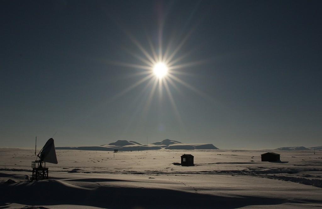 Sola står allerede høyt på himmelen. Fra 30. april synker den ikke under horisonten, og perioden med midnattsol varer helt fram til 12. august.