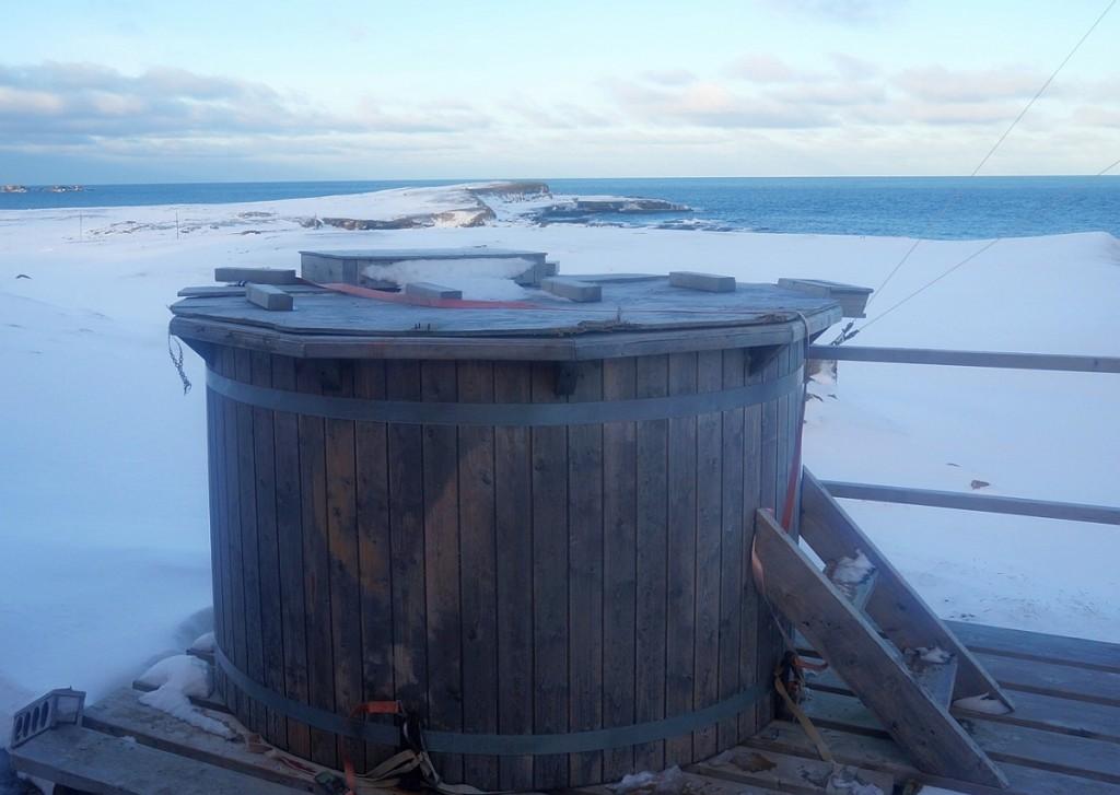 Få badestamper kan skilte med mer storslagen utsikt enn den på Bjørnøya.