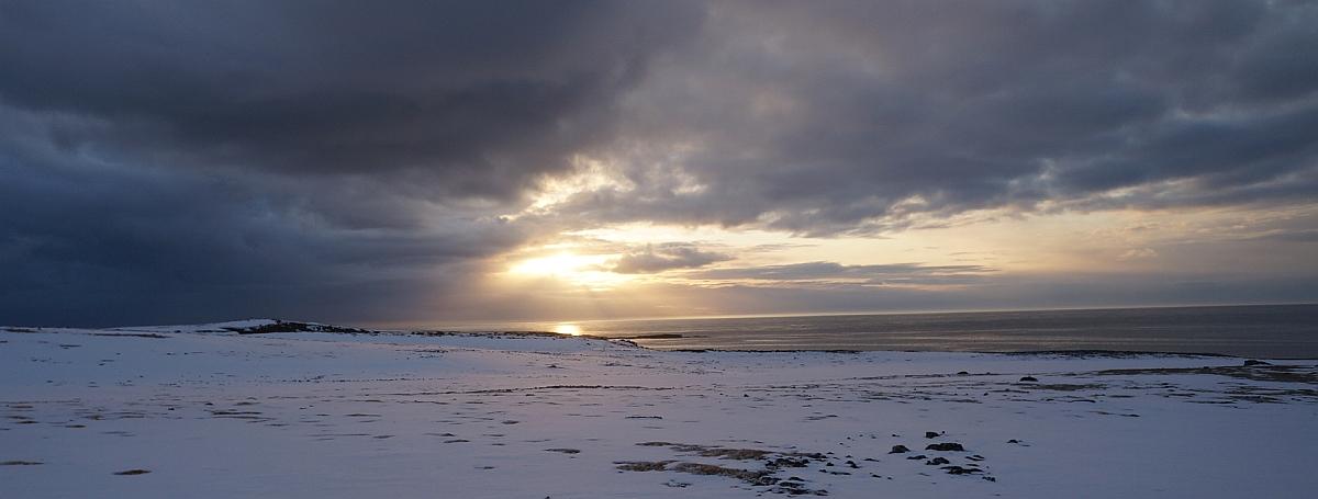 Sol over Rifleodden (ca)- det østligste punktet på Bjørnøya.