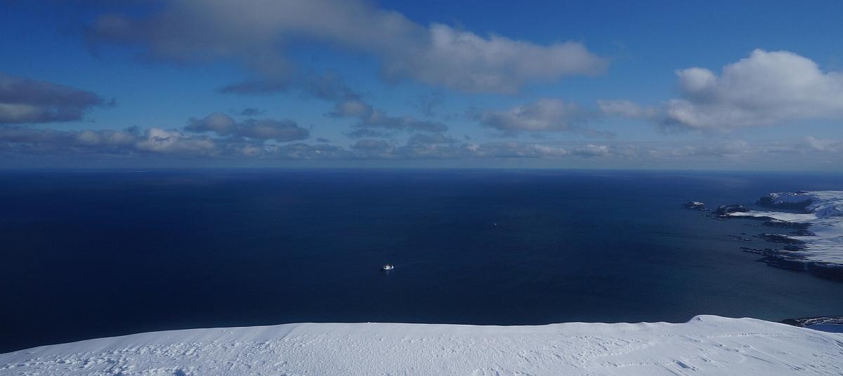 En båt sett fra toppen av Skuld. 455 meter ned og litt øst.