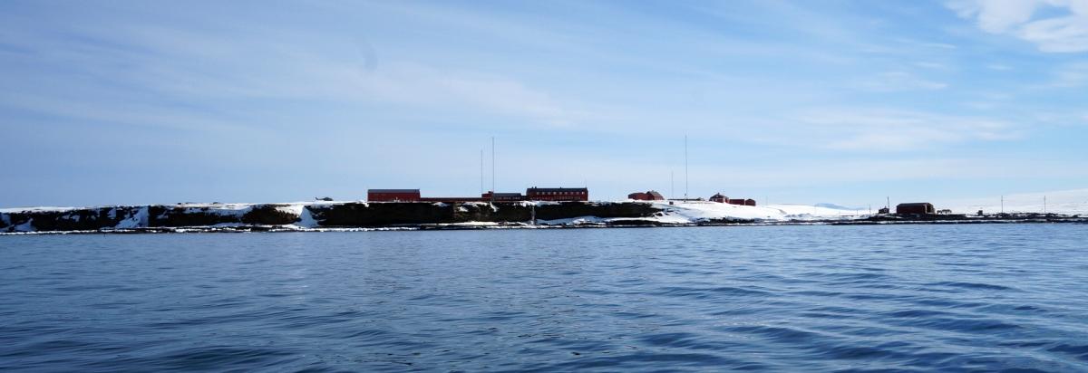 Stasjonen fra sjø.